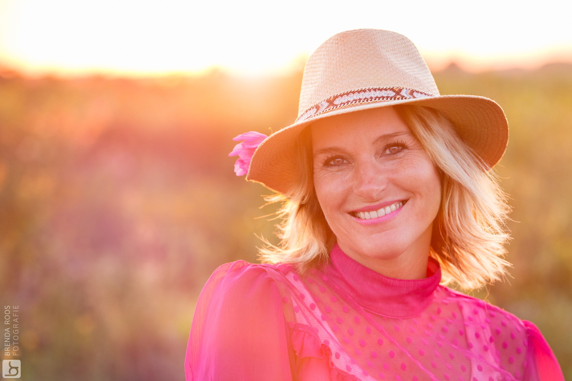 Zomeravond - iso1250 135mm f/4,0 1/400 - foto door BrendaRoos op 30-07-2017 - deze foto bevat: roze, licht, zonsondergang, portret, bloemen, tegenlicht, daglicht, hoed, fotoshoot, 135mm, gouden-uur, golden-hour