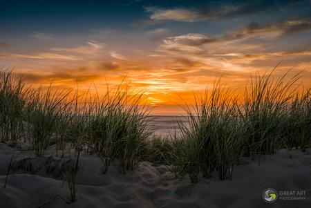 Zonsondergang Texel - Zonsondergan op Texel - foto door ggt1_zoom op 25-07-2015 - deze foto bevat: wolken, zon, strand, zee, water, vuurtoren, natuur, avond, zonsondergang, landschap, duinen, kust, lange sluitertijd
