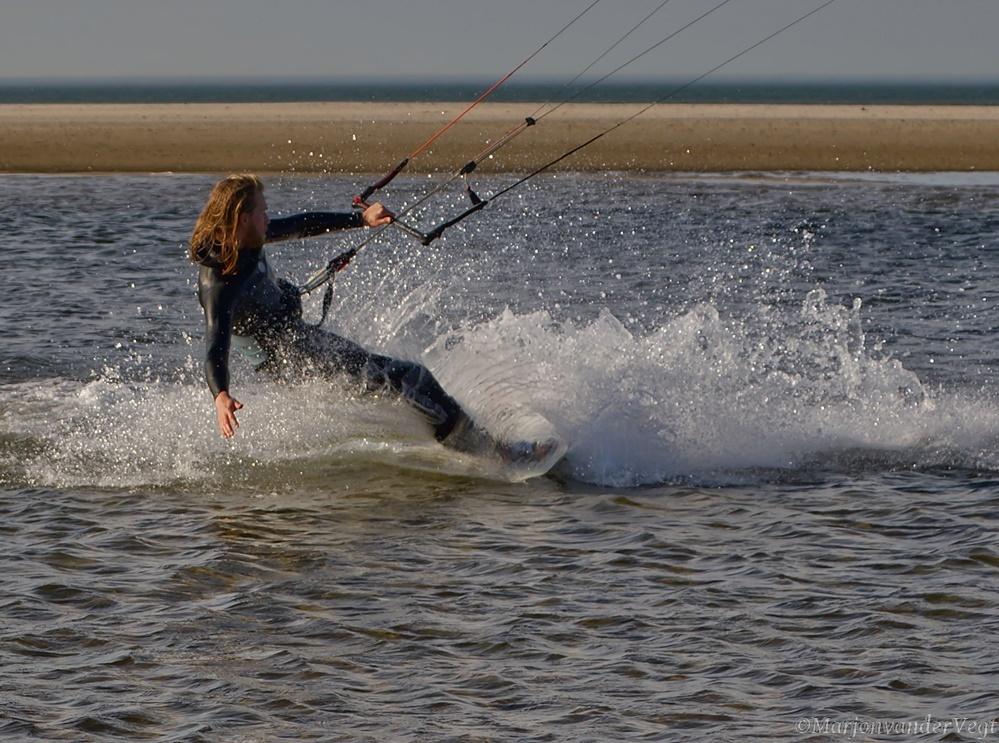Spetter pieter pater... - Het was heerlijk vanmiddag op 't strand in mijn vest. Ik heb genoten.  Iedereen hartelijk dank voor jullie waardering voor mijn werk.  Lieve groe - foto door MarjonvanderVegt1967 op 25-02-2021 - deze foto bevat: zon, strand, zee, water, natuur, wind, kitesurfen, elementen, spetters, Den Haag, zandmotor