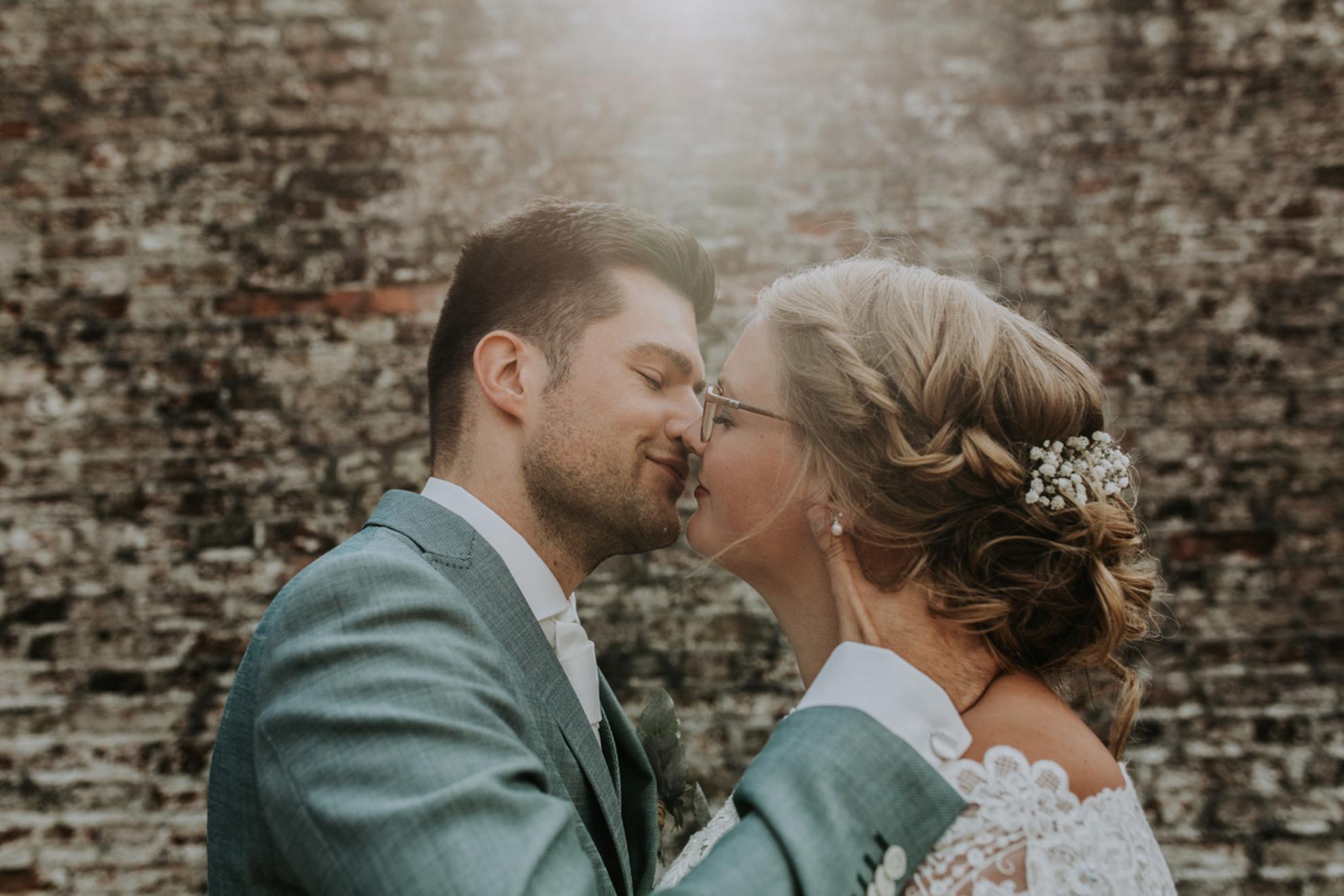 WEDDING OF J + W - - - foto door daniellephotography op 04-09-2018 - deze foto bevat: man, vrouw, licht, portret, liefde, tegenlicht, daglicht, lief, beauty, emotie, bruid, bruiloft, blond, closeup, bruidegom, visagie, 50mm, 35mm