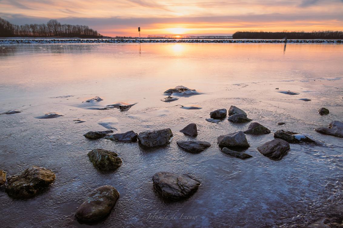 Cold Lake - - - foto door JolandadeLeeuw op 17-02-2021 - deze foto bevat: wolken, zon, water, licht, winter, avond, zonsondergang, ijs, landschap, pier, lange sluitertijd