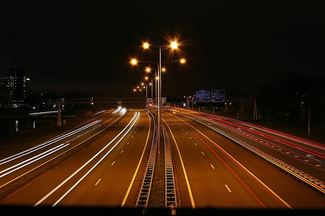 Licht strepen - Mijn eerste foto met lichtstrepen van autoverlichting. Helaas weinig auto's. - foto door Smeets op 04-04-2021 - deze foto bevat: lange sluitertijd