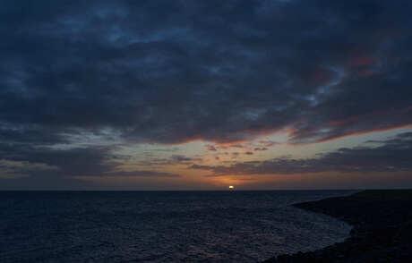 Donkere zonsopkomst.