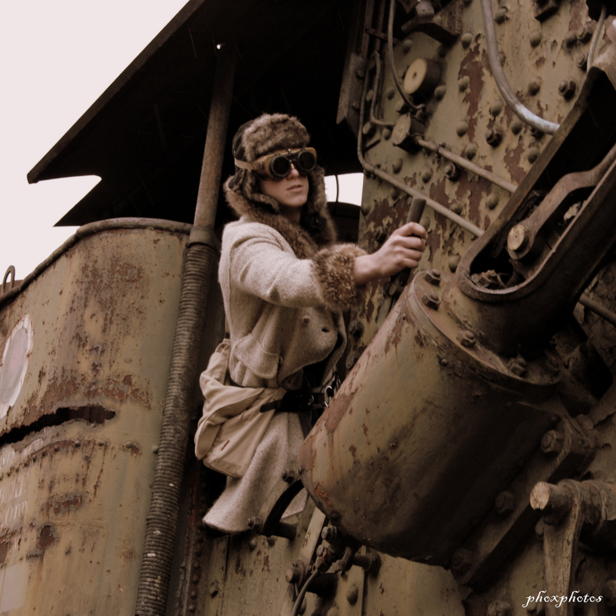 train man 2.jpg - train man Paul als machinist in een industrial setting, retro kleur, beetje mad max achtig... - foto door ralphdevos op 01-08-2013 - deze foto bevat: de, spoor, trein, portret, vos, nikon, paul, locomotief, train, simpelveld, ralph, d7000, Phoxphotos, Industial - Deze foto mag gebruikt worden in een Zoom.nl publicatie