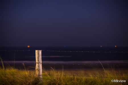 barbed wire - Gisterenavond/-nacht langs de kust op zoek gegaan naar het Noorderlicht. Op het strand van Wassenaar helaas last van een heel groot schip met alle ve - foto door mkview op 14-09-2014 - deze foto bevat: donker, zee, avond, canon, golven, nacht, kust, lange, prikkeldraad, nachtfotografie, zandvoort, sluitertijd, paaltje, helmgras, kustlijn, avondfotografie, bokeh, 5dII, mkview