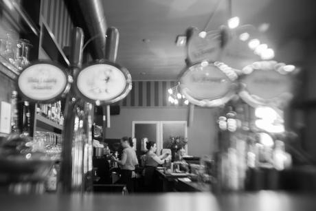 in een cafe..