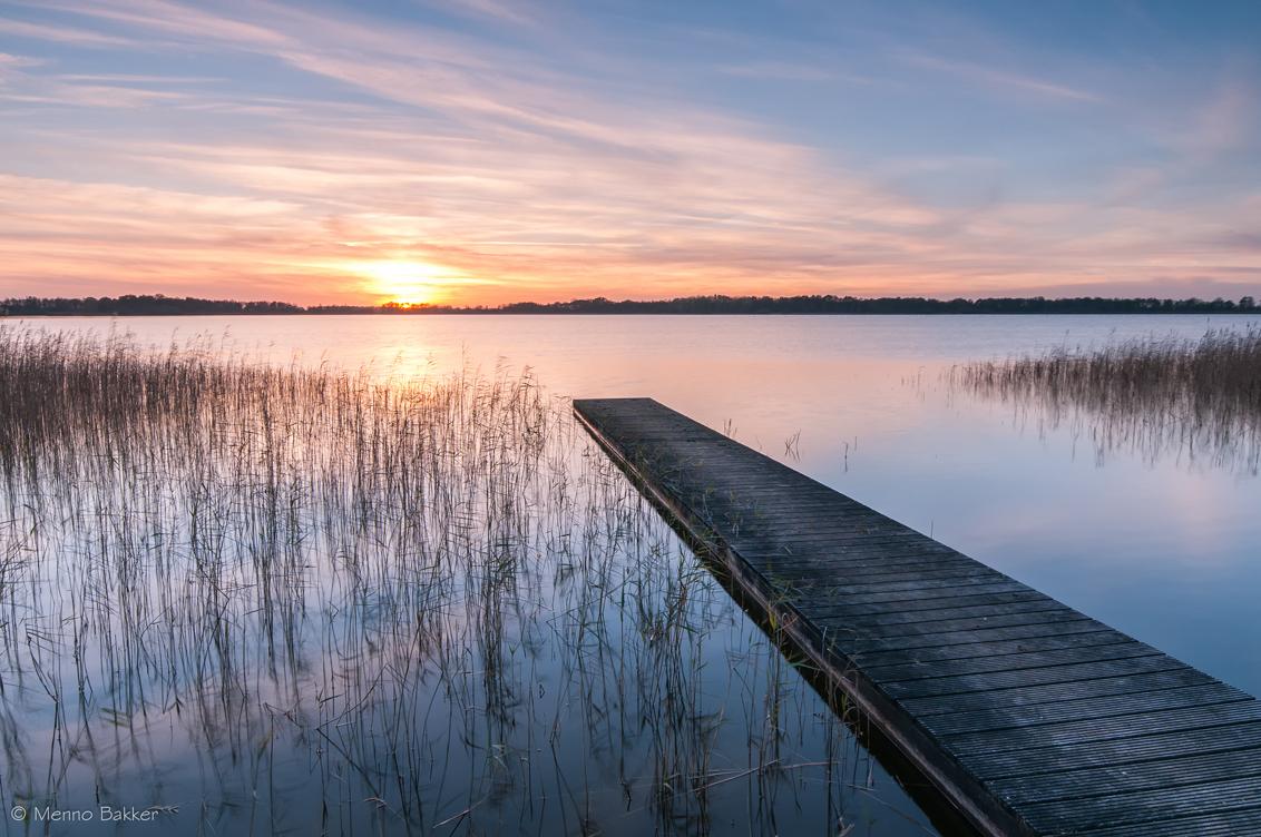 Nannewiid - Nog een plaatje van afgelopen weekend! - foto door mjbakker20 op 12-11-2014 - deze foto bevat: wolken, kleur, zonsondergang, riet, meer, steiger, nannewiid
