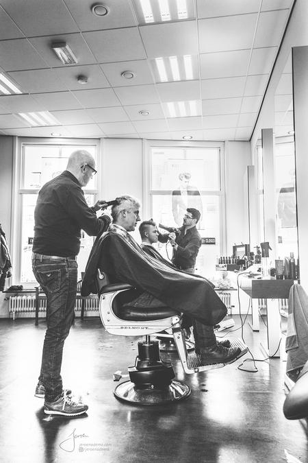 Sfeer II - Tweede foto uit deze serie. De kapper voor mannen waar ik altijd naar toe ga zijn echt de beste kappers OOIT. Er is altijd een grap en een lach in de - foto door jeroenadema op 14-03-2017 - deze foto bevat: man, mensen, donker, spiegel, leven, licht, portret, humor, reflectie, schaduw, tegenlicht, daglicht, haar, lachen, fashion, jongen, zwartwit, straatfotografie, kapper, closeup, mannen, mode, fotoshoot, zaak