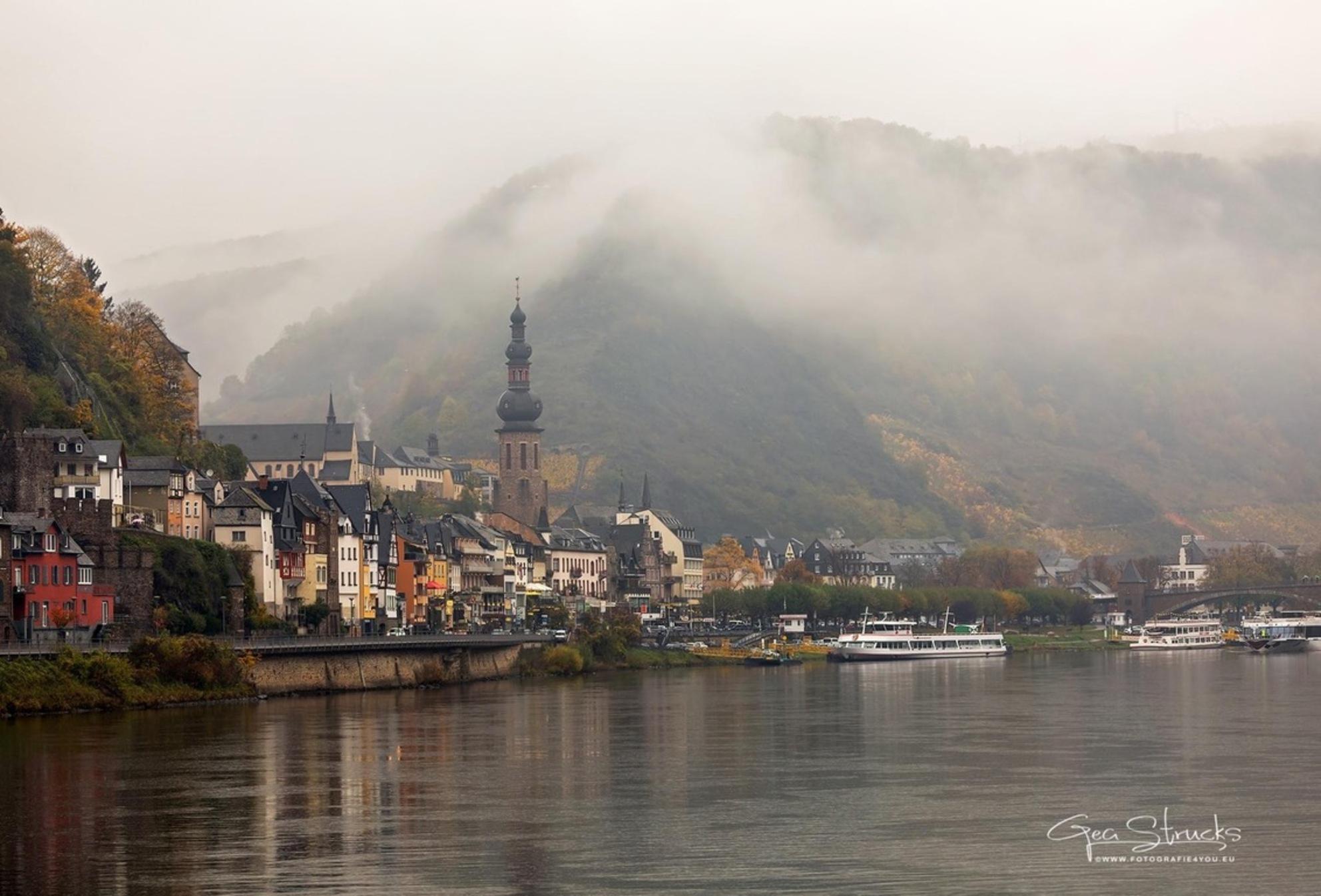 Moezel promenade cochem - Moezel promenade cochem in de mist - foto door madcorona op 12-11-2020 - deze foto bevat: kasteel, landschap, mist, cochem, duitsland, moezel. moezel promenade