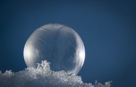 Bevroren zeepbel - Vandaag was het koud genoeg om zeepbellen te laten bevriezen. Dan zit je als 56 jarige met min 9 graden Celsius dus met een bellenblaassetje te spele - foto door fagusel op 13-02-2021 - deze foto bevat: wit, blauw, paddestoel, winter, vlindertuin