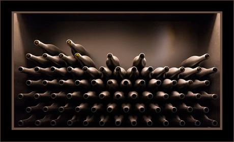 Wijnkelder met lege wijnflessen...