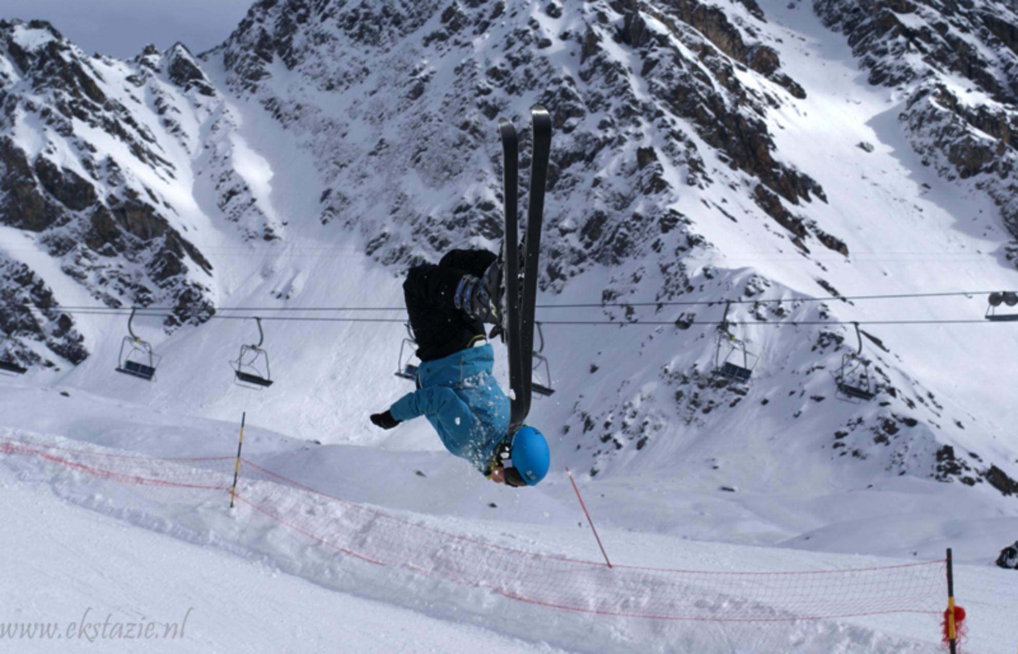 backflip - gemaakt bij schans in zwitserland  backflip ook bekent als achterwaartse salto - foto door ekstazie op 28-02-2010 - deze foto bevat: sport, zwitserland, springen, skieen, schans, salto, freestyle, skier, verbier, ekstazie, back flip