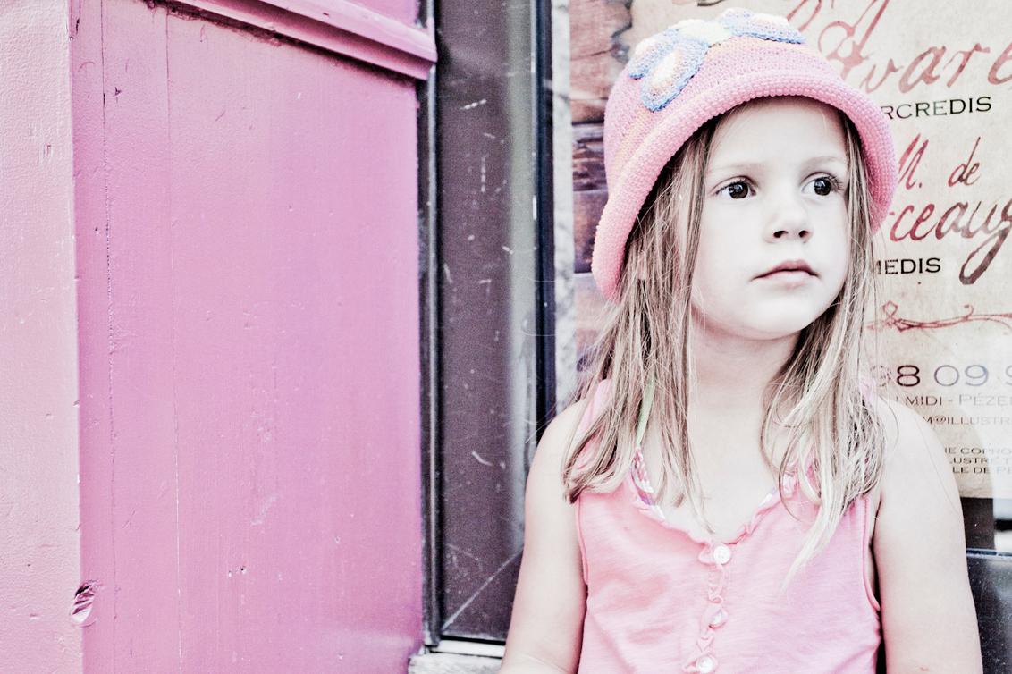Pretty in Pink - Mijn dochter op een frans stoepje in Pezenas. - foto door Everaers op 23-07-2011 - deze foto bevat: roze, dochter, pezenas