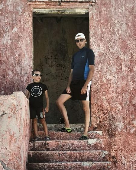 Cool boys - Mijn mannen bij de vuurtoren op klein Curaçao - foto door kelly.markese88 op 09-08-2019 - deze foto bevat: man, portret, kind, kinderen, jongen, curacao, reisfotografie, 50mm, klein curacao