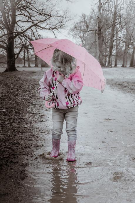 Het meisje en de regenplas