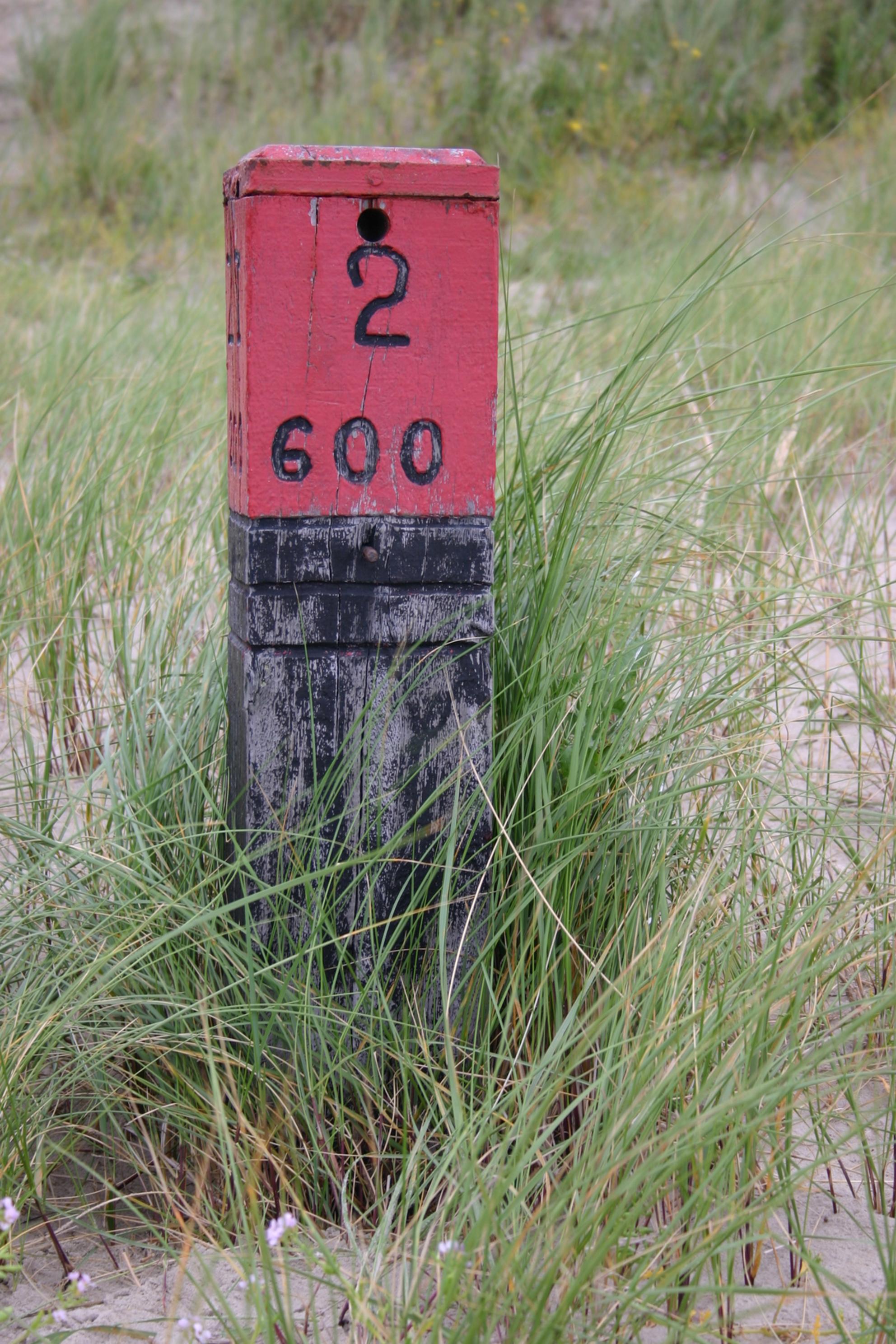 Strandpaal Schiermonnikoog - Strandpaal 2 op Schiermonnikoog, midden in de duinen. - foto door ronaldvdveen op 27-05-2010 - deze foto bevat: duinen, strandpaal, schiermonnikoog