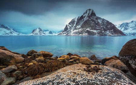A thin layer of ice(2) - Ik ben de beroerdste niet. Hier dan een opname vanaf een rots verder zonder steiger ;-)  Het blijft een beetje tobben met de verzadiging van blauw - foto door h.meeuwes op 26-01-2019 - deze foto bevat: uitzicht, zee, water, panorama, natuur, sneeuw, vakantie, ijs, landschap, bergen, kust, noorwegen, berg, lofoten, rotsen, fjord, keien, wier, reine, lange sluitertijd, zeeijs, henk meeuwes