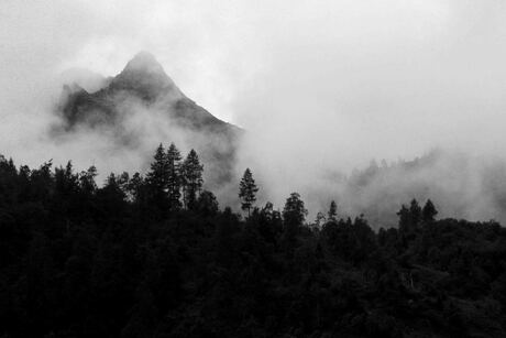 bergen in de wolken of wolken in de bergen