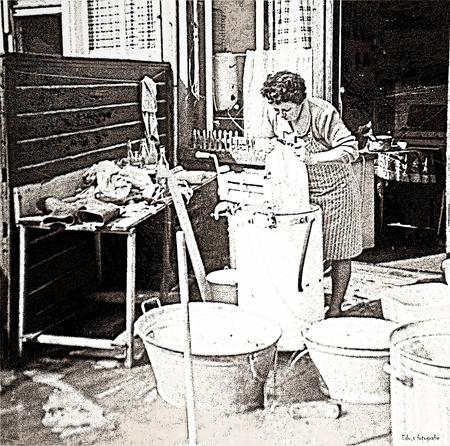 De was van vroeger. - Vroeg opstaan de voorgekookte in de snelwasser. Wassen en spoelen ,Wringen en alles netjes aan de waslijn. Strijken en ,s avonds alles netjes in de - foto door edu-1 op 24-04-2016 - deze foto bevat: bewerkt, nostalgie, schoonmoeder, maandag, wasdag