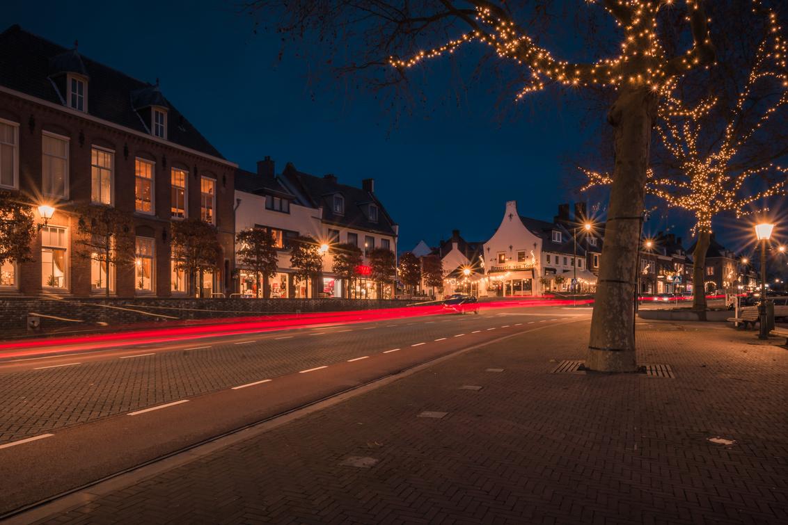 Kerstsferen in Rhenen Centrum - Kerstsferen in het centrum van Rhenen - foto door MaxterBurg op 16-12-2020 - deze foto bevat: licht, kerst, avond, lijnen, landschap, auto, bomen, nacht, rhenen, sfeervol, kerstversiering, lichtstrepen, achterlichten, cityscape, lightpainting, blauwe uur, auto's, Blauwe uurtje