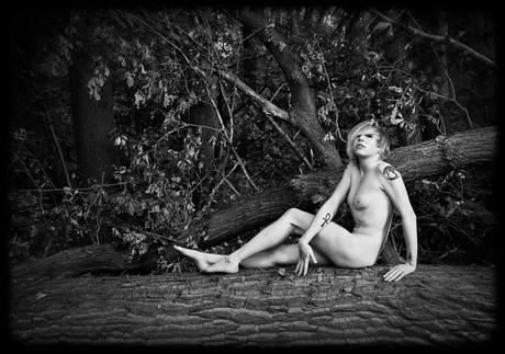 naakt meisje in het grote bos