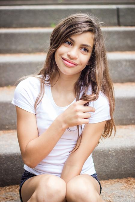 Dreamy - Zacht, dromerig portret van deze prachtige jonge dame, geschoten op een trap in het Amsterdamse Bos. - foto door VeraVeer op 26-08-2015 - deze foto bevat: mensen, licht, portret, model, daglicht, kind, kinderen, canon, ogen, meisje, lief, lach, beauty, emotie, natuurlijk, fotoshoot, dromerig, puber, 50mm