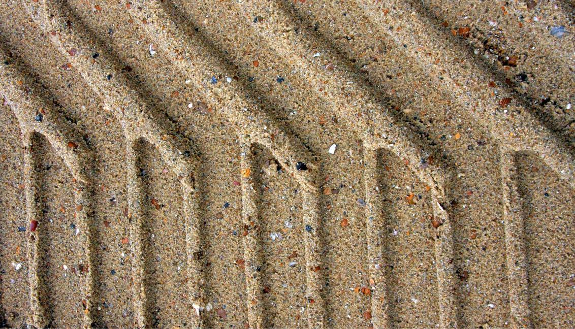 Sporen op het strand - Sporen van een tractor op het zand van het strand bij Zoutelande, Zeeland - foto door jeanjean op 09-09-2011 - deze foto bevat: strand, sporen, zand, zeeland, zoutelande, bandensporen