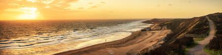 Zoutelande Panorama - Een panorama aan de kust van Zoutelande. Een stormachtige wind stuurt de golven ver over het strand tijdens de zonsondergang. Maart 2020. - foto door Thombrouwer op 17-03-2020 - deze foto bevat: zon, strand, zee, water, panorama, zonsondergang, landschap, duinen, zand, zeeland, kust, noordzee, zoutelande, kustlijn, strandpaviljoen