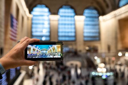 Little Grand Central - Geweldige plek om foto's te maken is Grand Central. En uiteraard ook een gelegenheid om wat te experimenteren. - foto door Vivo op 09-02-2020 - deze foto bevat: station, mensen, architectuur, reizen, stad, amerika, straatfotografie, toerisme, reisfotografie, New York, Grand Central
