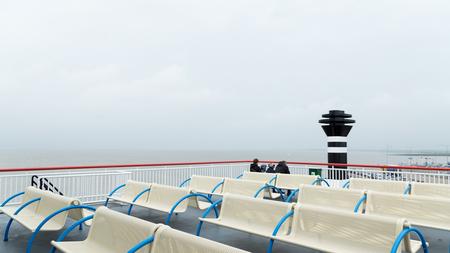 Nog even rustig... - Een weekje Ameland resulteerde in een nieuwe serie foto's. Met een aangenaam zonnetje  werd het dek van de veerboot al snel voller. - foto door grekenrooi op 18-07-2016 - deze foto bevat: zon, zee, water, boot, vakantie, varen, bankjes