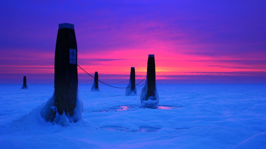 ijsselmeerpalen - Meerpalen in het besneeuwde IJsselmeerijs kort voor de koudste zonsopkomst van dit jaar. - foto door tontenbrinke op 18-10-2012 - deze foto bevat: sneeuw, ijs, kou, meerpalen