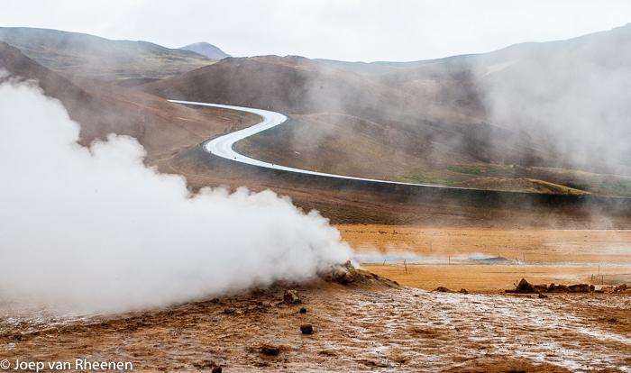 ijsland, joep van rheenen - De rondweg om Ijsland is in totaal ruim 1000 kilometer en heeft vele aftakkingen. - foto door joepert_zoom op 31-12-2016 - deze foto bevat: landschap, ijsland, verlaten, transport, rondweg, zwavelbron, zwavelgas