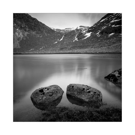 Bødalsbreen - Bødalsbreen gletsjer, Noorwegen.  Hèhè, eindelijk weer wat tijd voor zoom. Het gebrek aan vrije tijd tijdens de studie nu is even wennen na een tus - foto door Joshua181 op 30-09-2017 - deze foto bevat: water, natuur, spiegeling, landschap, bergen, meer, noorwegen, zwartwit, lange sluitertijd