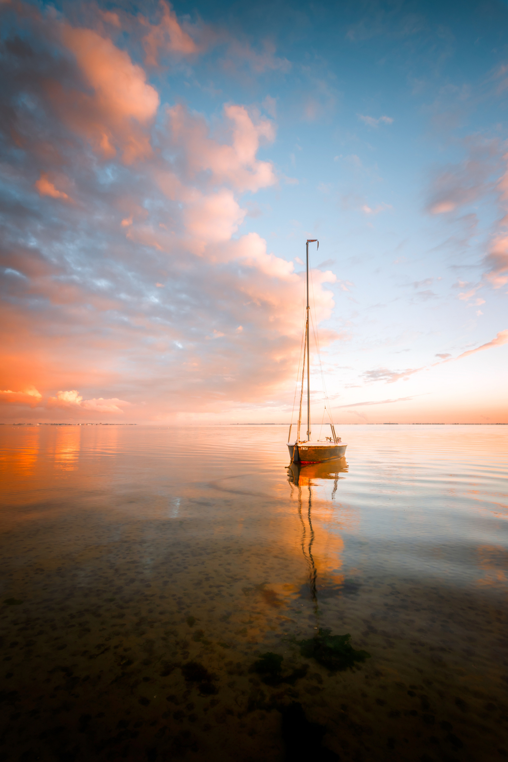 Serenity - Een her-edit van een foto die ik maakte in september vorig jaar. Om deze foto te maken wilde ik er zijn op het moment dat het getij afgaand was rond  - foto door FotograQui op 05-04-2021 - deze foto bevat: wolken, zee, water, natuur, licht, boot, spiegeling, landschap, zonsopkomst, meer, nikon, zeeland, kust, oosterschelde