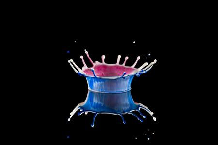 Kroon met blauw en rood - Een kroon van melk en room die bestaat uit een blauwe en rode kleur. - foto door fveek op 24-11-2014 - deze foto bevat: rood, macro, blauw, druppel, kroon, melk