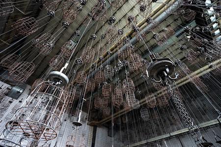 Zeche mandjes - Wat zie ik hier; lijkt wel een illusie! Een kleedruimte met mandjes van een gesloten mijnschacht (Zeche) ergens in Duitsland. - foto door Wilcrooymans op 31-03-2015 - deze foto bevat: duitsland, urbex, mijnschacht, kolenmijn, kleedkamer, zeche, mandjes
