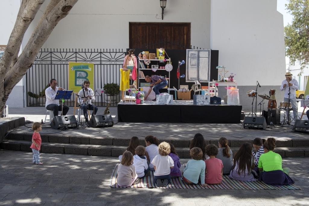 Lanzarote 34 - Kinderen hebben aandacht voor de muziek. - foto door goosveenendaal op 29-06-2015 - deze foto bevat: mensen, markt, kinderen, muzikant, lanzarote