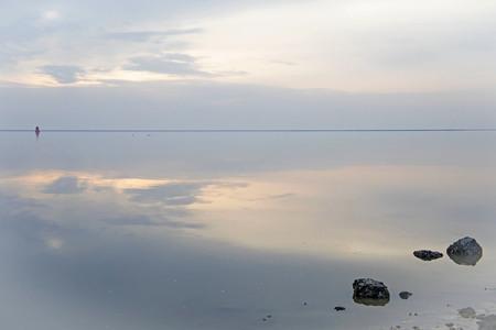 De rust van het Wad - Nog eentje van de Waddenzee , het was laag water en het wad was als een spiegel, de wind stond er ook niet op. Ik heb halsbrekend over de Basaltblok - foto door sambikkeltje op 02-04-2021