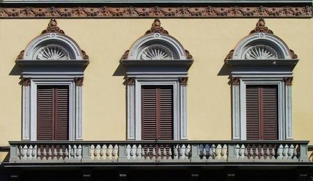 Symmetrie in Firenze - Iedereen bedankt voor het commentaar op mijn Torre del Mangio in Siena. Doordat hij in de Spotlight kwam gisteren, even extra veel post gehad... Van - foto door Marieke45 op 30-08-2011 - deze foto bevat: roze, architectuur, symmetrie, firenze