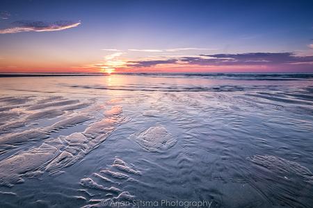 Opkomend water tijdens zonsondergang - - - foto door ArjanSijtsma op 30-08-2017 - deze foto bevat: lucht, wolken, zon, strand, zee, water, natuur, licht, avond, zonsondergang, vakantie, landschap, tegenlicht, zand, kust, terschelling, lange sluitertijd