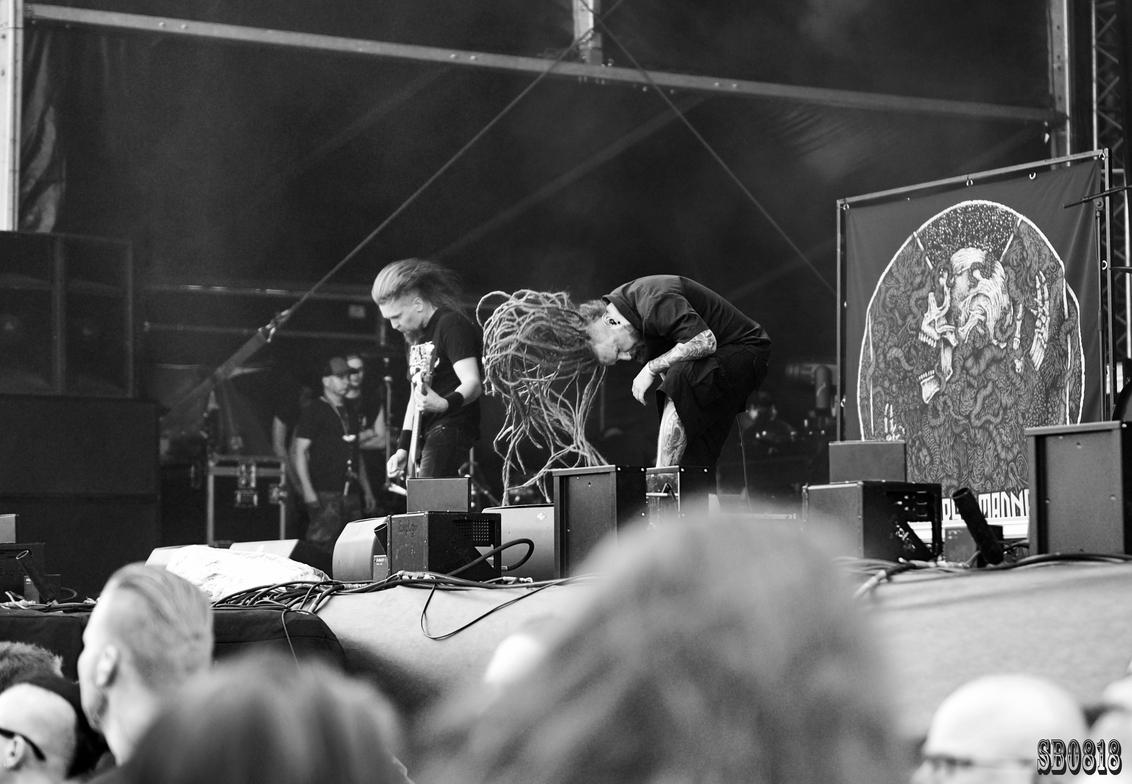 Decapitated - - - foto door sipkeboorsma op 11-08-2018 - deze foto bevat: artiest, optreden, concert, band, zwartwit, live, festival, concertfotografie, zanger, podium