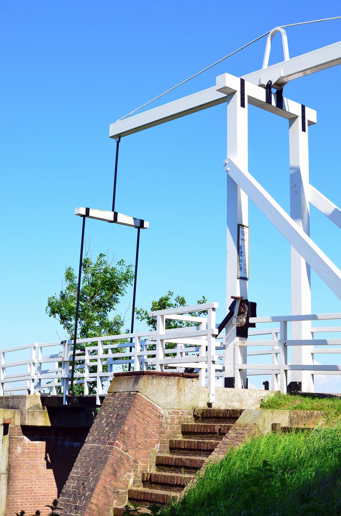 Witte brug - Mooie witte fietsersbrug met helderblauwe lucht. - foto door roland-hut op 28-01-2013 - deze foto bevat: groen, wit, blauw, landschap, zomer, brug, nederland, friesland, Fietsersbrug