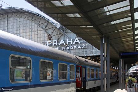 Praha Hlavni Nadrazi - ( Of in het Nederlands vertaald: Praag, Centraal Station )  Ik zag het ineens: al die lijnen richting uitgang... klik!!! - foto door kosmopol op 11-10-2011 - deze foto bevat: station, praag, tsjechie, kosmopol