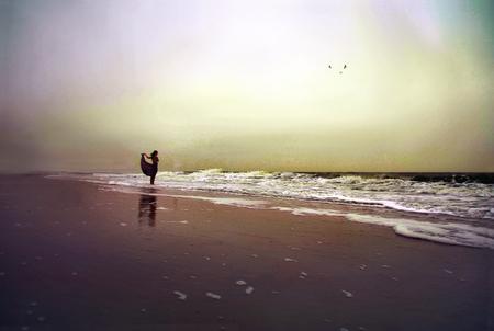 Eindeloos - Kristie bij de zee. Wat was het koud, waaide het hard en miezerde het. Maar Kristie was het perfecte model! - foto door punciegraphics op 14-11-2013 - deze foto bevat: strand, zee, natuur, wind, alleen