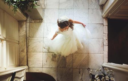 Dance - Pas heb ik voor een trouwjurkenontwerpster mogen fotograferen. Het was een super mooi pand en het leek me gaaf om een keer een foto van boven te make - foto door anoukstrijbos op 10-11-2015 - deze foto bevat: beeld, film, dansen, bruid, beweging, romantiek, trouwjurk