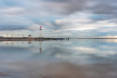 Lighthouse - Een van mijn favoriete stekkies, Hellevoetsluis.  Polafilter, 10 stops ND en 3 GND - foto door tamsanver op 27-12-2018 - deze foto bevat: wolken, zee, water, vuurtoren, natuur, vakantie, le, landschap, zonsopkomst, haven, pier, kust, reflecties, lange sluitertijd