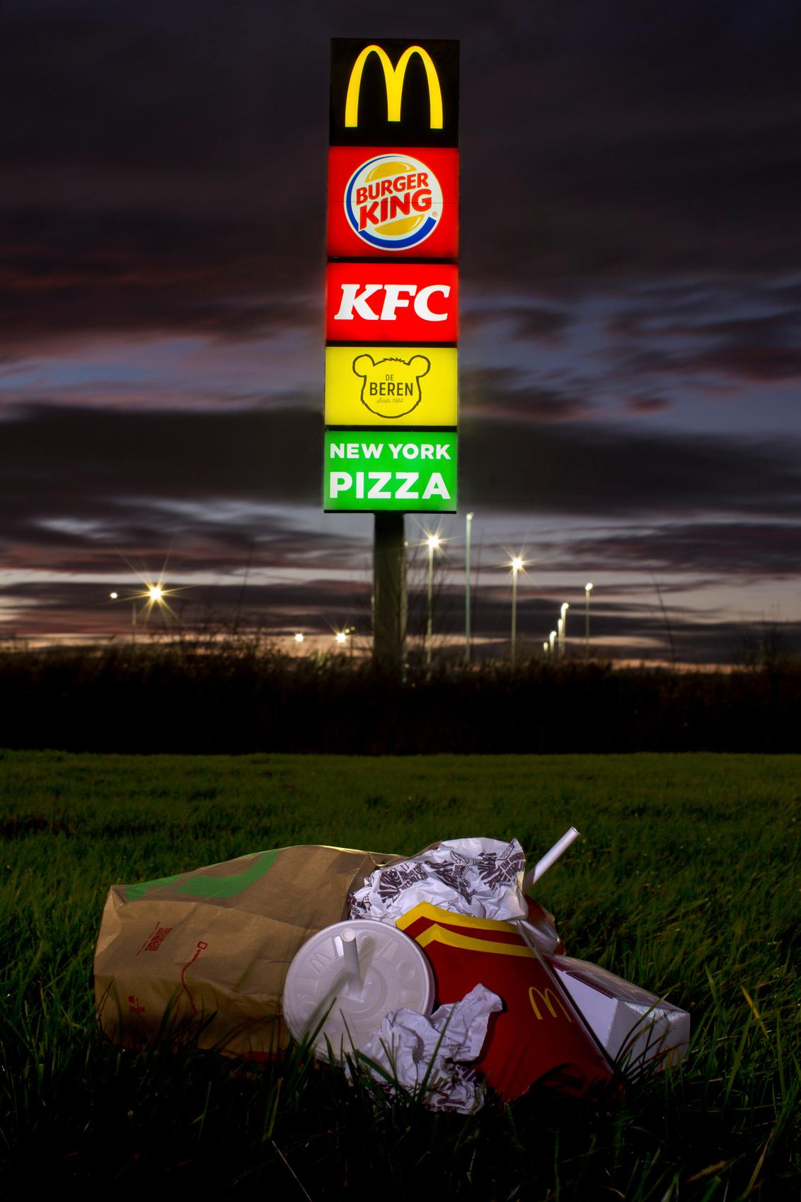 Fastfood - fastfood - foto door Mharinck op 24-12-2020 - deze foto bevat: donker, kleur, licht, avond, zonsondergang, kunst, nacht, nachtfotografie