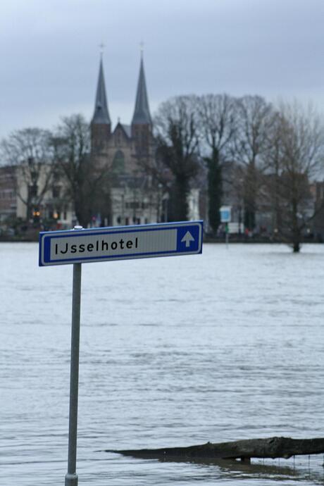 Well kade Deventer onder gelopen, IJsselhotel