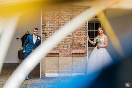 Kunstig - Ik fotografeerde dit bruidspaar door een kunstwerk heen, weer eens een andere benadering. - foto door robinlooy op 02-03-2021 - deze foto bevat: kleuren, abstract, trouwen, lijnen, kunst, lensflare, bruidspaar, trouwfotografie, trouwfotograaf