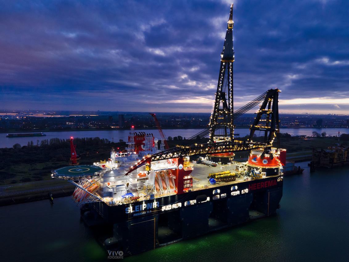 Sleipnir Heerema - Sleipnir is het grootste kraanschip van de wereld en heeft een aantal dagen in Rozenburg gelegen. Met de drone foto's gemaakt. - foto door Vivo op 06-11-2020 - deze foto bevat: donker, rotterdam, scheepvaart, zonsopkomst, haven, industrie, nachtfotografie, offshore, kraanschip, rozenburg, landtong, drone, dronefotografie